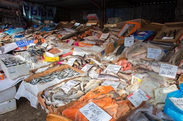 Verkauf von verschiedenen fischen auf einer messe in russland. eine theke mit fisch im markt