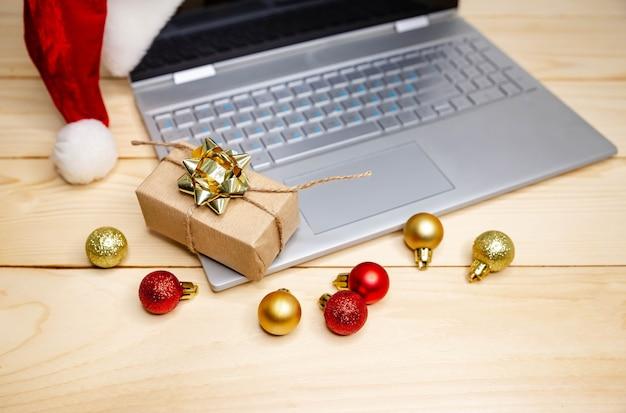Verkaufs- und rabattaktionen während der weihnachtsferien, weihnachts-online-shopping zu hause. coronavirus sperren. weihnachtsgeschenke kaufen. mit kreditkarte zum internet-shop. großer verkauf in den winterferien