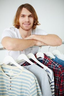 Verkaufsassistent von bekleidungsgeschäft