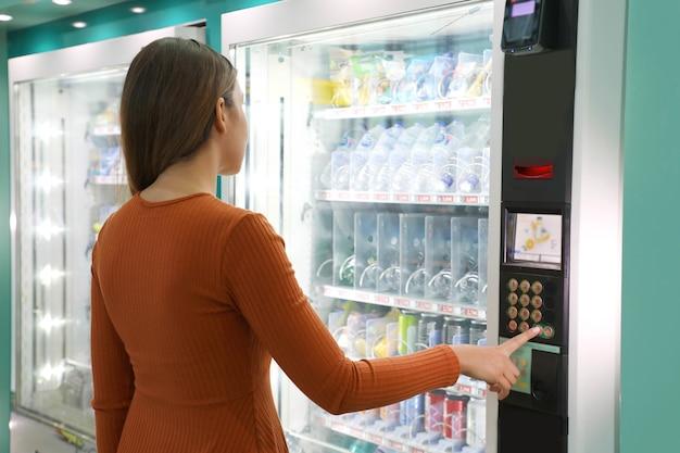 Verkaufsautomat mit mädchen