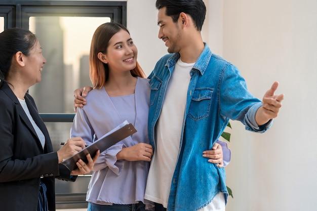 Verkaufsbeauftragte bieten die immobilienpreisliste und -bedingungen für den kontaktkauf an