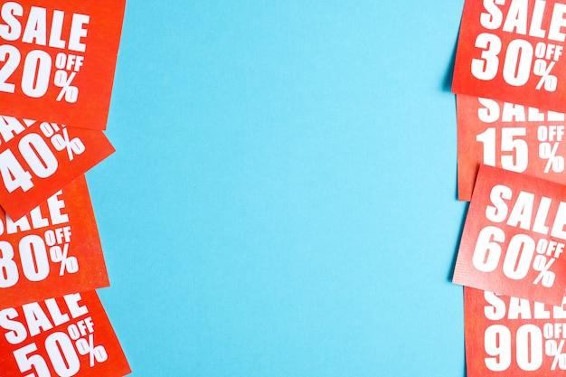 Verkaufsetiketten in verschiedenen prozentsätzen gedruckt auf rotem papier beidseitig daneben auf blau