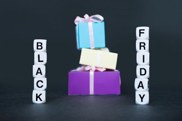Verkaufsfahne mit textwort black friday und mehrfarbigen geschenkboxen.