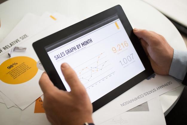 Verkaufsgraph auf tablet-bildschirm