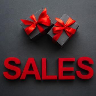 Verkaufskonzept mit geschenken auf schwarzem hintergrund