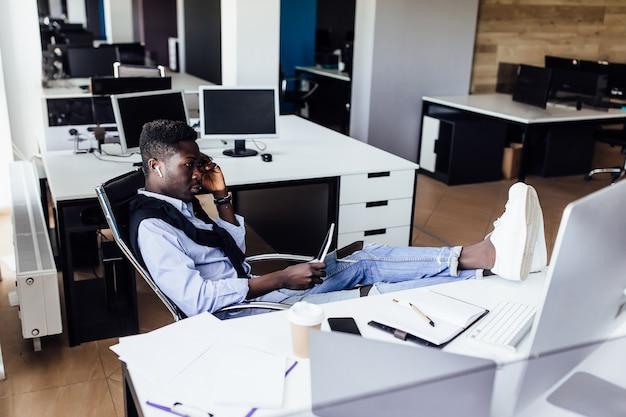 Verkaufsmarketingmanager, der den datenbericht analysiert, der die projektergebnisse auf dem pc-bildschirm am arbeitsplatz überprüft.