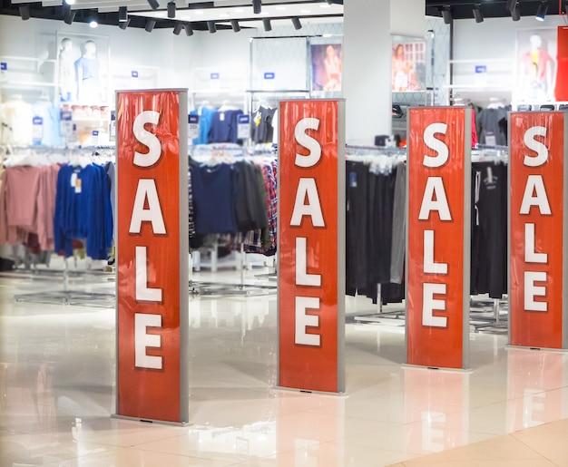 Verkaufsschild am eingang zu einem einzelhandelsgeschäft