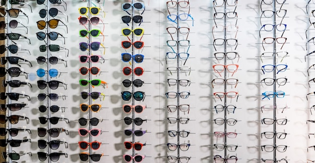 Verkaufsständer sonnenbrillen. eine bunte auswahl an sonnenbrillen zum verkauf. nahansicht.