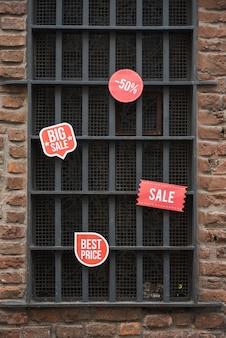 Verkaufstabletten auf fenster auf backsteinmauer