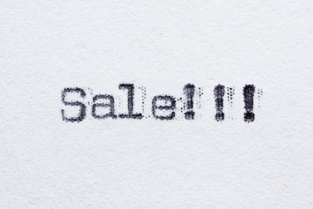 Verkaufswort auf weißem papier gedruckt mit altmodischer schreibmaschinenschrift