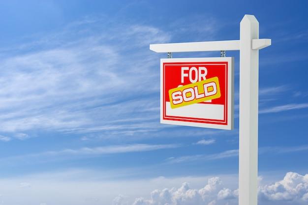 Verkauft zum verkauf immobilien schild über wolken und blauer himmel. 3d-darstellung