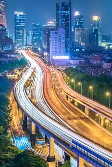 Verkehr auf straße in shanghai bei nacht