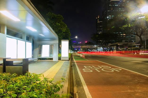 Verkehr in der stadt bei nacht. jakarta, indonesien, 23. juni 2021.