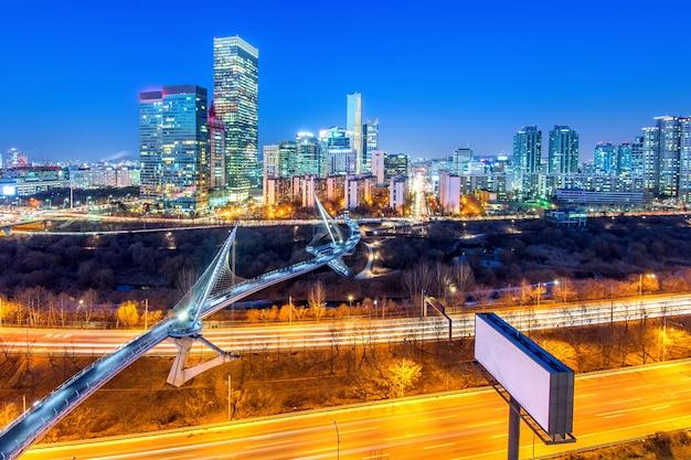 Verkehr in singil bezirk, seoul korea skyline in der nacht.