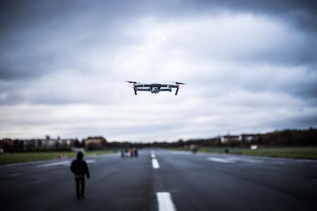 Verkehrsflugzeugfigur, die in den himmel unter einem bewölkten himmel fliegt