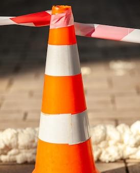 Verkehrskegel mit rot-weißem warnband