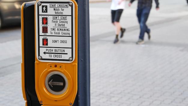 Verkehrsknopf auf fußgängerüberweg, drücken und warten.