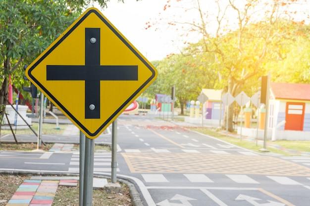 Verkehrskreuzungen. ein verkehrsschild warnt vor einer kreuzung voraus.
