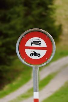 Verkehrsschild, das zugang zu den autos und zu den motorrädern auf wegspur verbietet