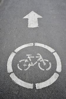 Verkehrsschild fahrradweg auf der pflasterung