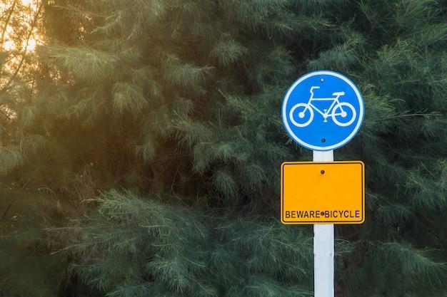Verkehrsschild für gebrauchte fahrräder auf nebenstraße,