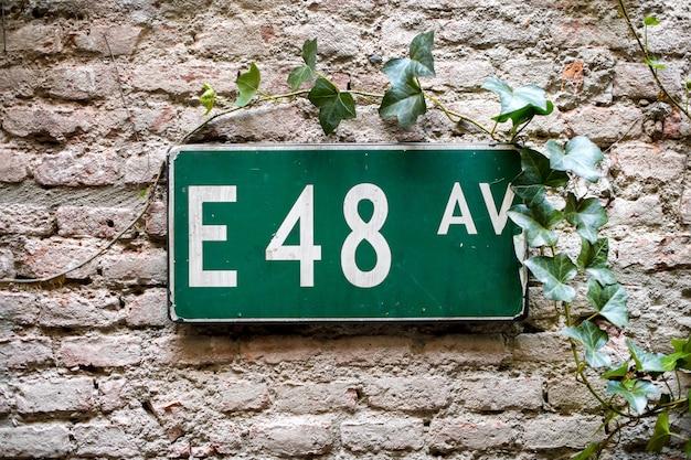 Verkehrsschild mit handels e 48 auf grünem hintergrund