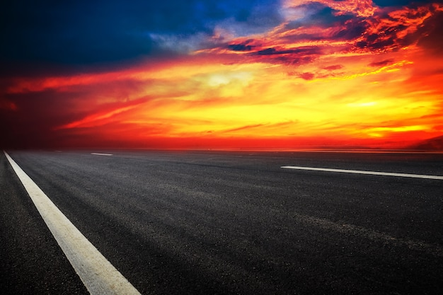 Verkehrsschilddesignhintergrundbeschaffenheit und transporttechnologie-sonnenunterganghimmel