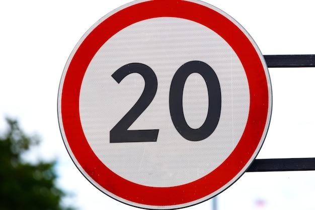 Verkehrsschildkreis mit rotem rand und nummer nach innen. erlaubte höchstgeschwindigkeit. foto in hoher qualität
