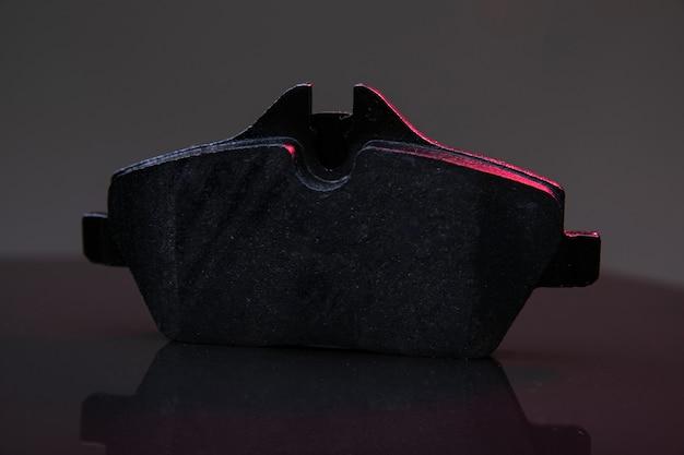 Verkehrssicherheit auto bremssystem komponente bremsbelag auf dunklem hintergrund