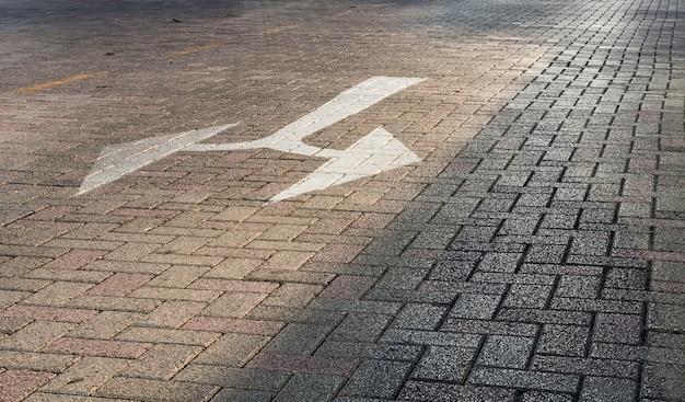 Verkehrszeichen auf dem boden mit betonblock