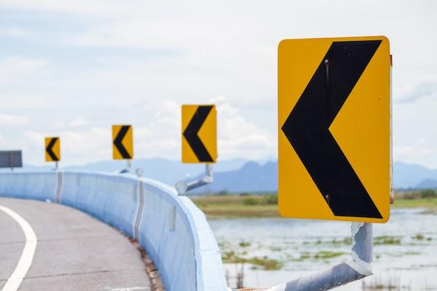 Verkehrszeichen links gebogen