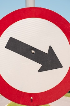 Verkehrszeichen mit pfeil im freien
