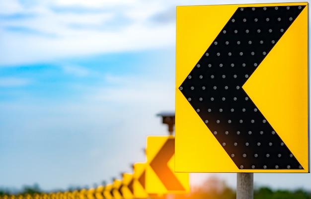 Verkehrszeichen mit solarzellenplattenenergie auf hintergrund des blauen himmels und der wolken. elektrischer pfosten mit sonnenenergie. grünes energiekonzept. erneuerbare energie. alternative stromquelle. nachhaltige ressourcen