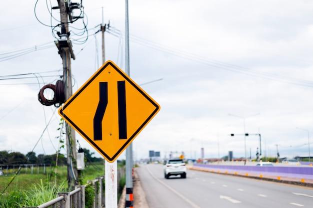 Verkehrszeichen, straße verengt sich auf der linken seite