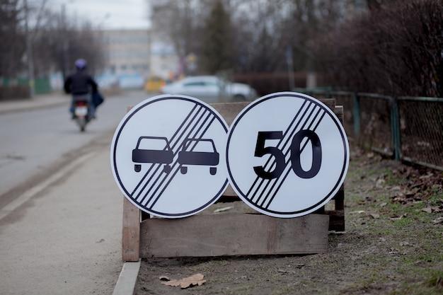 Verkehrszeichen, umweg, straßenreparatur auf straße, lkw und bagger grabloch