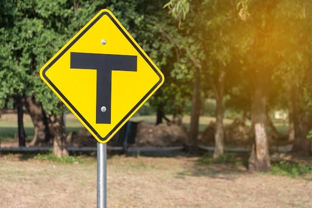 Verkehrszeichenalarm für die kreuzung voraus