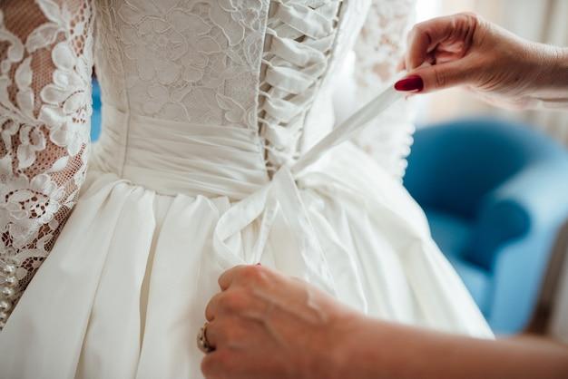 Verkleide die braut in einem brautkleid mit korsett und schnürung