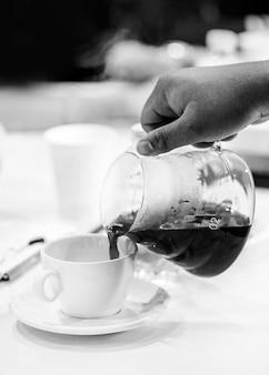 Verkostung von kaffee, kaffeeverkostungsgläser in einem café