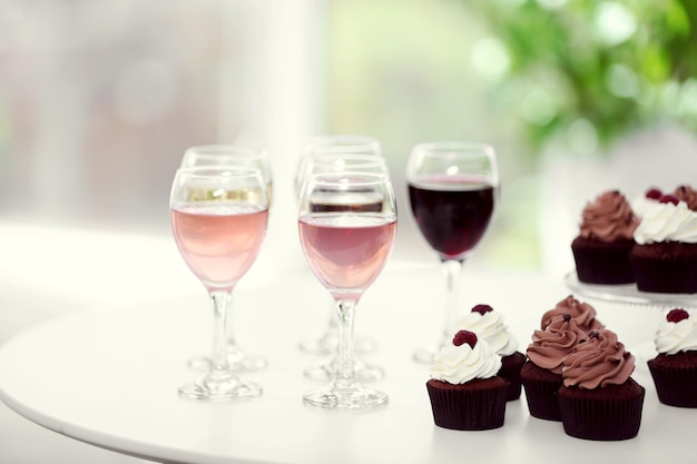 Verkostung von wein und schokoladen-cupcakes, nahaufnahme