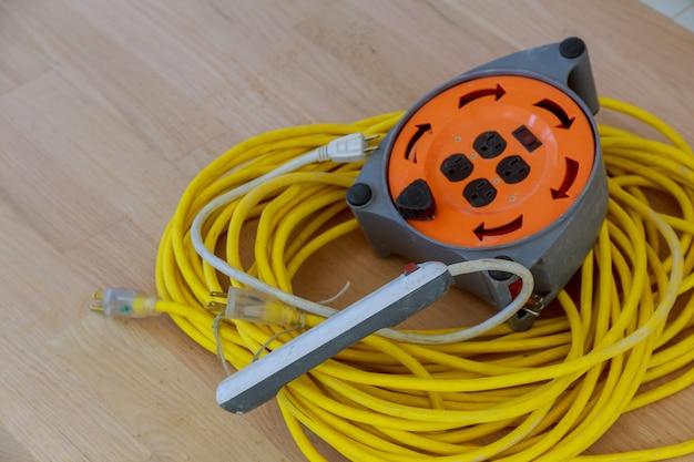 Verlängerungskabel der elektrischen energie an den reparaturen