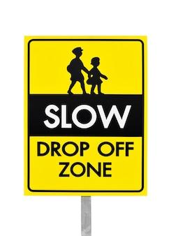 Verlangsamen sie die abwurfzone, die gelbes banner-verkehrsschild mit stange an der schule warnt
