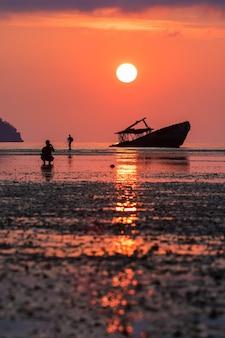 Verlassen sie boot und zwei fotografen