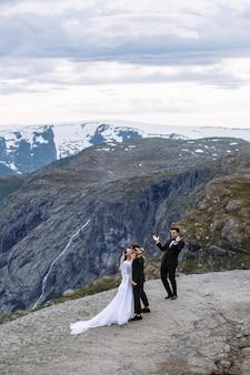 Verlassen sie die hochzeitszeremonie auf einem felsfragment in norwegen, das trolls zunge heißt