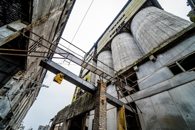 Verlassene alte chemiefabrik. rückstände aus der schwerindustrie