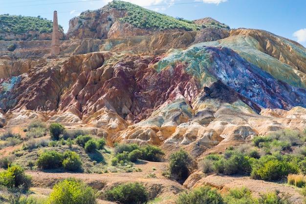 Verlassene minen in spanien mit unterschiedlichen texturen und farben aufgrund von mineralien und ausgrabungen