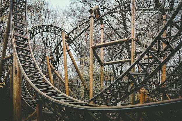 Verlassene themenpark-achterbahnfahrt