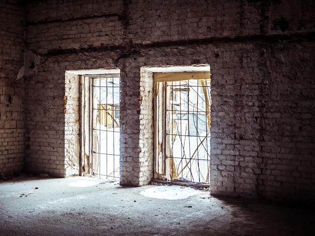 Verlassene zerstörte halle mit schönem licht füllen die szene