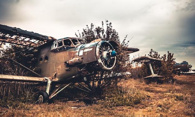 Verlassene zerstörte militärische flugtechnik mit zerstörungen am alten flugplatz