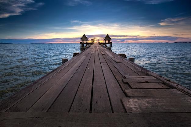 Verlassener einsamer tempel auf dem ozean mit seeküsten-skylinen nach sonnenuntergang