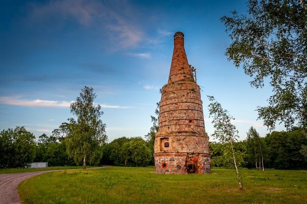 Verlassener kalkofen im dorf vitini in lettland. ländliche landschaft bei sonnenuntergang.